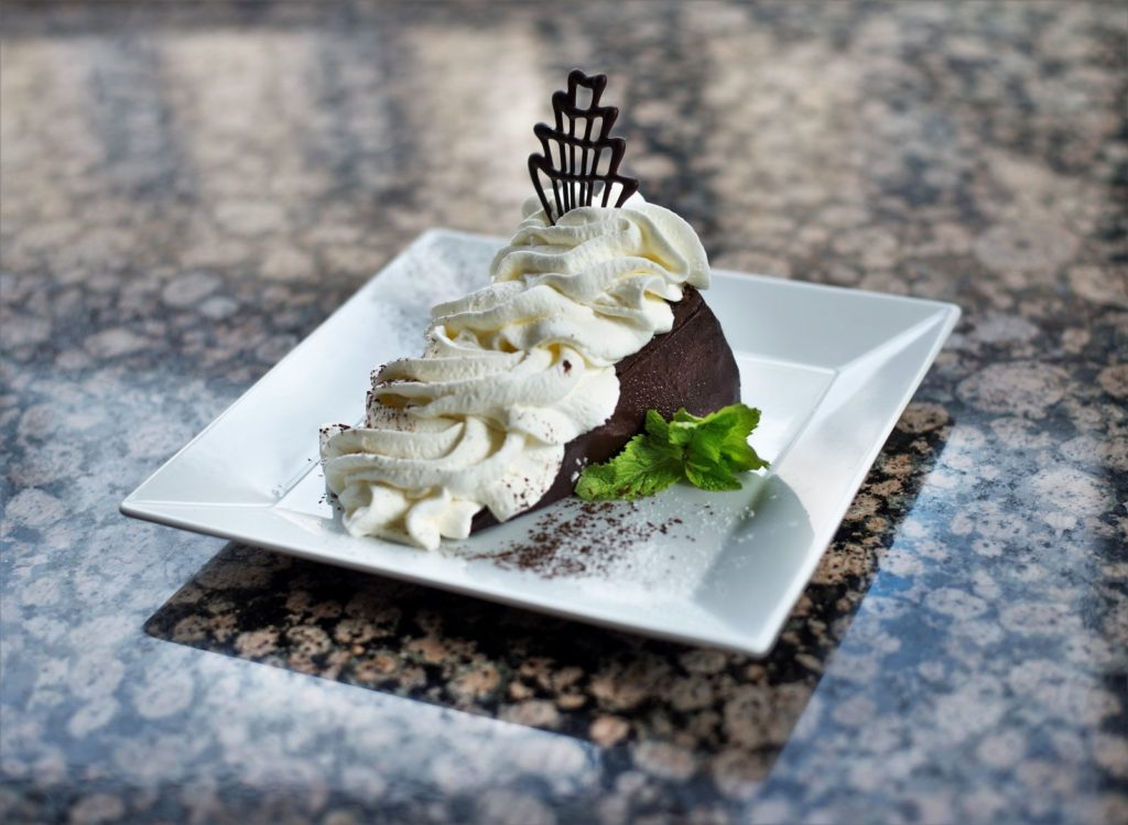 Sacher dort se šlehačkou - Sacher cake with whipped cream
