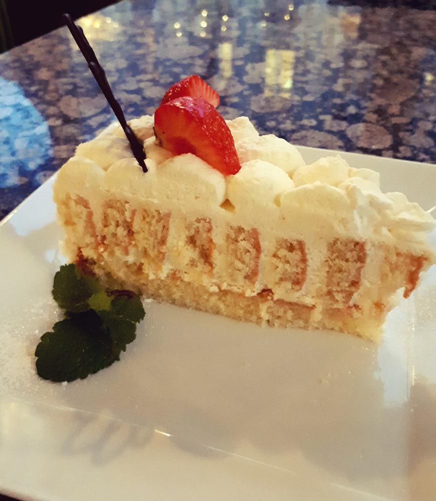 Světlý dort s vanilkovým krémem / Light cake with vanilla cream